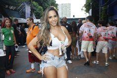 Renata Frisson, a Mulher Melão, compareceu ao ensaio da Grande Rio de short bem curtinho e blusa que evidenciava a generosa comissão de frente