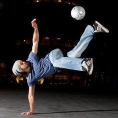Du willst Fußball Tricks lernen? Dann bist du hier richtig, denn hier gibt es Freestyle und Fußball Tutorials zum lernen für Anfänger und Fortgeschrittene. E...