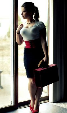 96b962a627 hourglassandclass  Gorgeous street style shot of a curvy