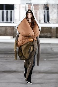 Défilé Rick Owens prêt-à-porter femme automne-hiver 29 I would never laugh at the homeless but I don't think that is what this is . This is HYSTERICAL! Knit Fashion, Fashion Week, Fashion Art, High Fashion, Fashion Show, Fashion Looks, Fashion Design, Silhouette Mode, Fashion Silhouette