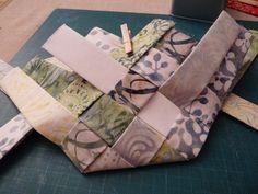 TUTORIEL POCHON TISSE - PATCHWORK EN ARTOIS Diy Sac Papier, Patchwork Bags, Patch Quilt, Origami, Diy And Crafts, Patches, Basket, Quilts, Sewing