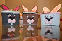 Lembrancinha: Pote de sorvete com rostinho de coelho. Material: Eva atoalhado.