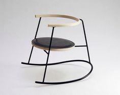 usar una silla para algo que no es sentarte                                                                                                                                                                                 Más