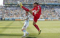 BAILE. Lionel Messi de Argentina observa el despeje de Ricardo Rodriguez de Suiza. (EFE/EPA/PETER KLAUNZER)