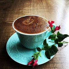 Coffee and flowers Fresh Coffee, I Love Coffee, Black Coffee, My Coffee, Coffee Mugs, Good Morning Coffee, Coffee Break, Coffee Cafe, Coffee Drinks