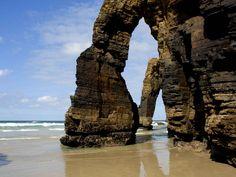 PLAYA DE LAS CATEDRALES (LUGO) - Es considerada el segundo mejor arenal de España, recibe su nombre por la gran cantidad de acantilados, arcos y bóvedas que lo conforman.