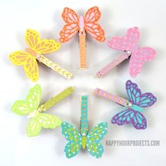 The benefit of using clothespins as magnets is that you can hold multiple things with one magnet. These DIY Paper Butterfly Clothespin Magnets also have the lovely element of butterflies. These DIY magnets will help your organization so much. How To Make Butterfly, Butterfly Kids, Butterfly Crafts, Rainbow Butterfly, Butterfly Mobile, Clothespin Magnets, Diy Magnets, Clothespins, Clothespin Crafts