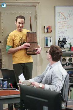 Johnny Galecki and Jim Parsons in The Big Bang Theory Big Bang Theory Characters, Big Bang Theory Funny, Leonard Hofstadter, Amy Farrah Fowler, Johnny Galecki, Melissa Rauch, Mayim Bialik, Super Funny, Bigbang