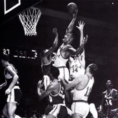 Incredible foto: legendary Wilt Chamberlain dunks against the Lakers http://www.habitatapartments.com/
