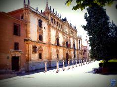 Antiguo Colegio Mayor de San Ildefonso conocido hoy como Universidad de Alcalá de Henares, fue fundado por el Cardenal Cisneros a comienzos del siglo XVI. colegio-mayor-de-san-ildefonso-1