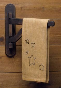 primitive country decorating ideas for living rooms Primitive Homes, Primitive Kitchen, Primitive Crafts, Country Primitive, Primitive Stars, Wood Crafts, Primitive Antiques, Kitchen Wood, Primitive Christmas