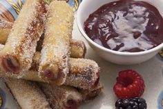MEXICAN FRENCH TOAST ROLLS - Flattened white bread filled with Dulce de Leche or Nutella, dipped in an egg batter cooked and rolled in cinnamon sugar. So don't need a way to make french toast more delicious, but have to try this sometime Nutella, Mexican Dishes, Mexican Food Recipes, Mexican Desserts, Mexican Brunch, Brunch Recipes, Breakfast Recipes, Patis Mexican Table, French Toast Rolls