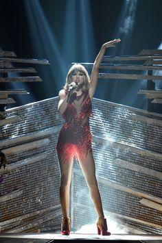 Taylor and Nicki Minaj performing during the 2015 MTV Video Music Awards! 8.30.15