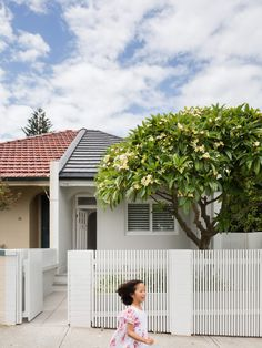 CM Studio meet a family's ever-changing and growing needs with a contemporary renovation and addition to a narrow semi-detached home in Bronte, Sydney. Semi Detached, Detached House, Bronte House, Fresco, Modern Small House Design, Front Fence, Driveway Fence, California Bungalow, Edwardian House