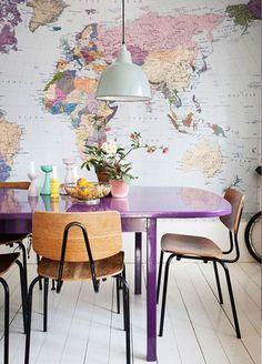Carte du monde et chaises vintage