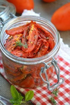 J'ai préparé à plusieurs reprises ce printemps des tomates confites et j'en ai refais le week-end dernier. C'est très facile à préparer et c'est un vrai délice, elles accompagneront parfaitement vos salades, vos plats de pâtes, vos cakes ou vos apéritifs...