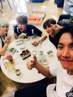 BTS Twitter [151212] Trans @bts_twt : Uhohoohohhoho!!! It's food!!!!!!! I want to eat food !!!!! I'll eat it well~ Heart heart [ J-HOPE ]