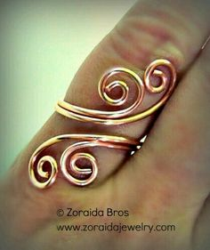 DIY + How to + Easy Adjustable Spiral Ring. This adjustable spiral ring is quite easy to make with just a little wire, a bit of muscle and a few standard tools. Supplies – Two 6 inch pieces of round, soft, 16 gauge wire One 14 (or more) inch piece of 24 Copper Jewelry, Wire Jewelry, Beaded Jewelry, Jewelery, Handmade Jewelry, Handmade Wire, Earrings Handmade, Copper Rings, Jewelry Storage