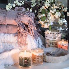 Koselig å lage et lite stilleben på badet med håndklær, lys, blomster og skåler. ✨ Hammam håndklær, 30x50cm kr.59,- 50x100cm kr.129,- 90x150cm kr.329,- Le Cafè klaffebord, fås også i sort, Ø60xH70cm kr.599,- Duftlys fra Durance i tre ulike dufter kr.199,- Skål sandsten fra Lama, Ø15cm kr.149,- Ø22cm kr.179,- Scandinavian body butter, 350ml kr.229,-
