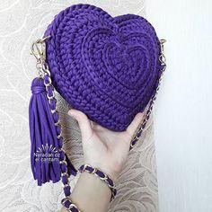 No automatic alt text available. Mochila Crochet, Crochet Tote, Crochet Handbags, Crochet Purses, Love Crochet, Knitting Accessories, Girls Accessories, Crochet Shell Stitch, Yarn Bag