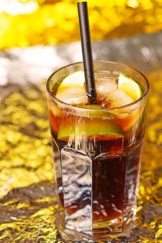 Fun Cocktails, Cocktail Drinks, Alcoholic Drinks, Beverages, Cuba Libre Cocktail, Happy Drink, Smoothie Drinks, Food Inspiration, Rum