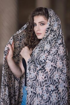 Beautiful Muslim Women, Beautiful Hijab, Beautiful Eyes, Girl Photo Poses, Girl Photos, Iran Girls, Iranian Beauty, Persian Beauties, Persian Girls