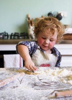 """Hito del desarrollo: """"Representa y reconoce representaciones simbólicas de objetos"""" •Realizar una experiencia de cocina, y preguntarles sobre la cantidad necesaria (más o menos) de algún objeto como: vasos, platos, cubiertos, para que todos coman.  Esta idea permite desarrollar este hito, ya que los niños/as descubrirán mediante experiencias concretas, qué cantidad necesitan para realizar una acción de su interés, como es cocinar."""