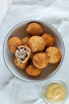 Zelf bitterballen maken Bitterballen Recipe, Dutch Croquettes, South African Recipes, Dutch Recipes, Tasty Dishes, Food Pictures, Snacks, Favorite Recipes, Yummy Food