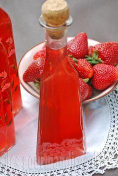 Pour un peu plus d'un litre de liqueur 1 lb (500 g) de fraises 2 tasses (500 ml) de vodka 2 et 1/2 tasses (500 g) de sucre 2 tasses (500 ml) d'eau