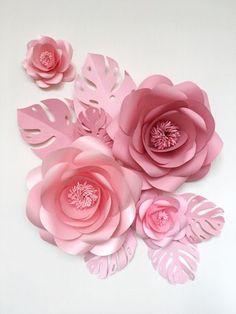 Dekorieren ein Kinderzimmer mit hängenden Papierblumen bringen Sie viel Freude und Ihre größte LIEBE für Ihr Baby zum Ausdruck bringen. Dieses Papier Blume Set mit Papier verlässt sieht leicht und luftig an der Wand geben die ätherischen aussehende Raumwirkung. Sie wird auf jeden Fall Liebe, wie diese Papier Rosen über der Krippe sehen, Vertrauen Sie uns :) Dieser Satz von 4 einzigartige große Papierblumen + 6 Blätter Papier enthält: •7 //18cm = 2 Medium Garten Rosen •13 &#x...