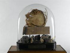 Reliquaire de Sainte-Hélène, vers 1840  Assemblage minéral et organique sous globe de verre  via Réunion des musées nationaux