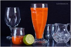 Bardzo prosty przepis na domowy sok marchwiowy bazujący na kilku składnikach. Marchewka, jabłka i banan tworzą smaczną kompozycję o przecierowej konsystencji.