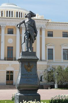 Pavlovsk, statue de Paul Ier.Monument of Paul I in front of the Pavlovsk Palace.Russia