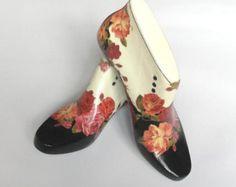 decorated shoe lasts Wood Crafts, Fun Crafts, Arts And Crafts, Decoupage Shoes, Shoe Makeover, Paper Shoes, Shoe Molding, Shoe Stretcher, Decorated Shoes