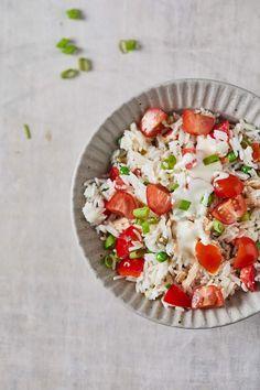 Rijstsalade met tonijn Caprese Salad, Cobb Salad, Lunch Restaurants, Cold Desserts, Grilled Meat, Fish Dishes, Yummy Snacks, Bruschetta, Fresh Fruit