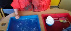 Ontdektafel: scheerschuim, spiegel en houten latjes. Elkaar scheren! *liestr*