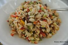 Kritharaki-Salat schmeckt wundervoll zu Gegrilltem oder einfach so als erfrischender Salat an heißen Sommertagen. Abends auf der Terras...