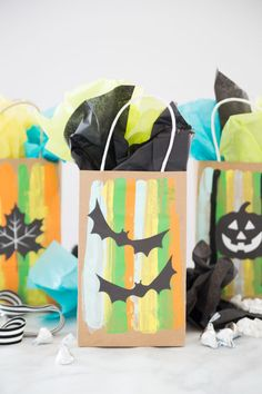 Halloween Trick or Treat Gift Bags: a fun and simple paint scrape craft that is perfect for little kids! They can have fun working with paint and seasonal paper silhouettes. Halloween Trick or Treat Gift Halloween Gift Baskets, Halloween Trick Or Treat, Halloween Gifts, Holidays Halloween, Halloween Stuff, Homemade Halloween, Halloween 2020, Happy Halloween, Holiday Crafts