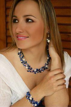 Collar de cristal de strass azul y perlas.