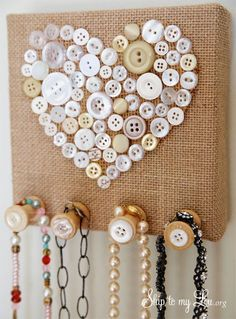 Burlap and Vintage Button Jewelry Holder - Burlap Jewelry Holder. Make this inexpensive and easy jewelry holder at home - Burlap Projects, Burlap Crafts, Diy Projects To Try, Craft Projects, Craft Ideas, Decor Ideas, Cute Crafts, Crafts To Make, Arts And Crafts