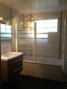 Salle de bain avec tablier de baignoire carrelé et listel pâte de verre