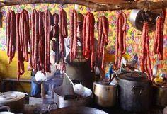 Você comia e observava com estranheza todas essas linguiças e carnes penduradas.