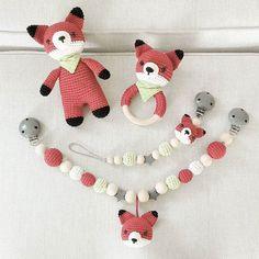 Hallo, ihr Lieben, heute möchte ich euch mal was anderes als Hasen oder Bären zeigen :-) Es hat wirklich sehr viel Spaß gemacht auszutüfteln, wie ich den Wunsch einer meiner geduldigsten und liebsten  Kundinnen am besten erfüllen kann. Und endlich ist dann dieses süße Fuchs-Set entstanden. Bin selbst total verliebt und überlege mir nochmal, ob ich morgen wirklich verschicken möchte ;-) @red_kati  #häkeln #fuchs #füchse #fox #fuchsliebe #kinderwagenkette #schnullerkette #rassel #baby2016…