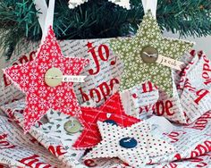 Are you looking for a festive photo backdrop to hang on the wall at your holiday gathering? Try quilting this Mistletoe Photo Backdrop Tutorial!
