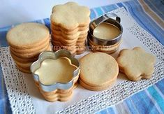 La ricetta della pasta frolla perfetta per realizzare dei biscotti decorati, mantiene in cottura la forma data e i biscotti sono più semplici da decorare