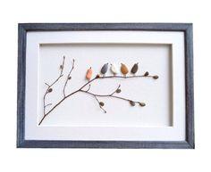 Haal een stukje natuur in huis met dit unieke kunstwerk. Alle materialen zijn afkomstig van de stranden in Varna (Bulgarije). De vogels zijn gemaakt van kiezelsteentjes die zorgvuldig gewassen en gedroogd zijn. Ideaal voor elk vogelliefhebber!