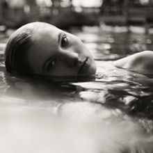 As fotografias da americanaDeb Schwedhelm possuem uma sensibilidade impressionante. As fotos de criança na água em preto e branco transmitem emoção e a essência do trabalho de Deb. Ela já recebeu prêmios e expôs seu trabalho em várias galerias dos Estados Unidos.