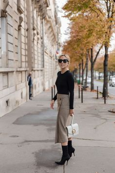 I feel like I saw this $70 Zara skirt gracing every other street at Paris fashion week and I think I know why. It's perfect for work. It's perfect for night. It's honestly perfect for pretty much any occasion that gets tossed your direction. As we transition from summer to fall, this cute checkered number … read on