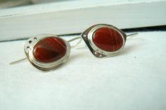 Paire de Boucles d'oreille asymétriques en argent massif et jaspes rouge : Boucles d'oreille par lajoailliere