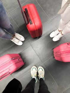 Photo ideas at the airport suitcases funny friends best friends forever instagramable travel with my besties flight fly somewhere europe american tourister Instagram Funny, Travel Humor, Best Friends Forever, Funny Photos, Travel Photos, In The Heights, Besties, Photo Ideas, Hilarious